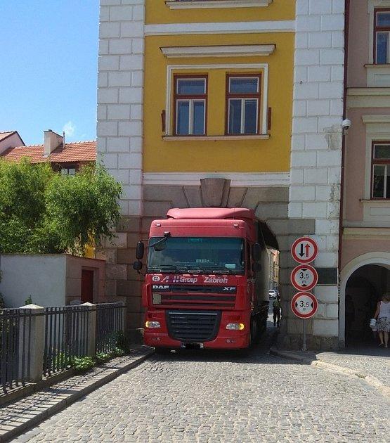 Ve čtvrtek 13.6. po poledni kamion uvízl vHradecké bráně vcentru Třeboně.