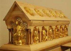 Model relikviáře v měřítku 1:1 je osazen celkem 14 soškami světců a 12 plastickými reliéfy s výjevy ze života svatých. Uvnitř jsou uloženy haptické pomůcky, připomínající reálný obsah relikviáře, jako jsou usně, textil, relikvie a autentika.