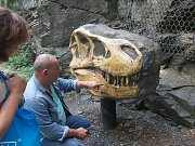 Stejnou repliku hlavy tyrannosaura rexe, jaká je k vidění v pražské zoo, si budou moci od 7. května prohlédnout i návštěvníci Houbového parku v Roseči.