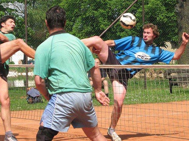 Na snímku z utkání Cep – Radomyšl bojuje na síti domácí Josef Soukup (vpravo).