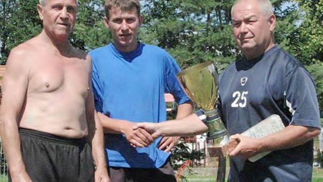 Na snímku předává vítězné dvojici Sportklubu Cep Miloslav Ziegler (vlevo), František Klíma pohár hlavní organizátor turnaje, budějovický sportovní nadšenec Jiří Fulín, který pochází z Jindřichohradecka.
