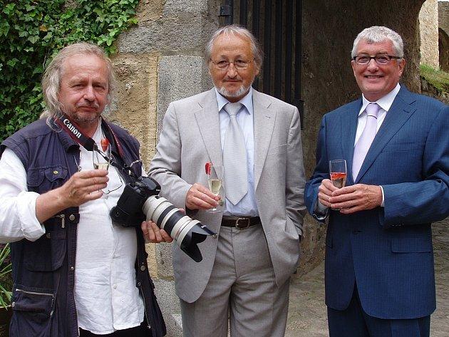 Zleva fotograf Jiří Tiller, zástupce agentury Ladislav Mátl a velvyslanec Kanady Michael Calcott.
