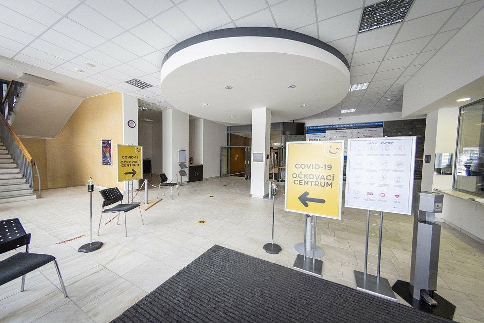 Očkovací centrum v Jindřichově Hradci v budově Fakulty managementu VŠE.