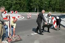 NOVÝ KRUHOVÝ OBJEZD  u Kuniferu v Jindřichově Hradci od pátku slouží motoristům a přispěje tak ke zvýšení bezpečnosti v místě, kde se stalo několik vážných nehod.