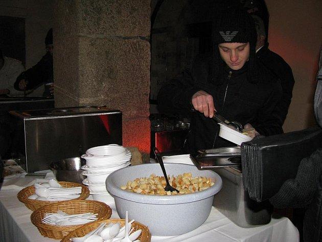 POMOC. Tržba za rybí polévku, kapří hranolky a domácí punč, které byly k zakoupení na třeboňském Masarykově náměstí, podpoří občanské sdružení FOKUS České Budějovice, které pomáhá a podporuje lidi s duševním onemocněním.