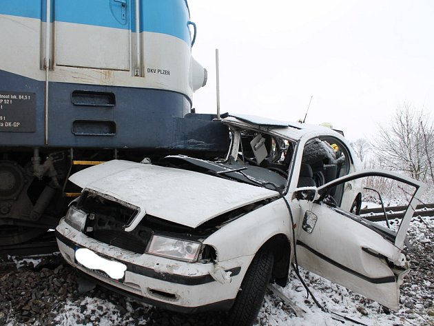 Zhruba 300 metrů tlačil před sebou rychlík osobní auto, které vjelo na železniční přejezd za J. Hradcem u letiště. Výsledkem jsou dva těžce zranění.