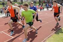 Účastníci Jarního atletického Jindřicháče, kterých se na stadionu u Vajgaru sešlo 157, absolvovali čtyřboj.