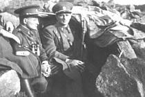 BOJ O HRANICE. Největší tíhu bojů v pohraničí nesla koncem září 1938 na Jindřichohradecku především finanční stráž. Na fotografii jsou zachyceni příslušníci oddělení finanční stráže Artolec ve svém bojovém stanovišti.