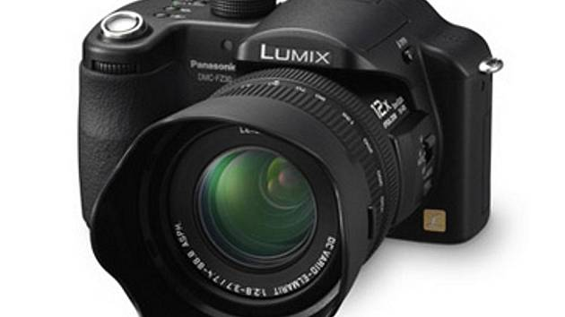 Fotoaparát Panasonic DMC-FZ30 - Lumix,jehož stříbrnou verzi neznámý pachatel odcizil v redakci jindřichohradeckého deníku.