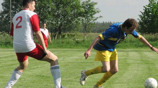 Utkání Rapšach – Klikov skončilo zaslouženou plichtou 1:1. Na snímku Petr Krejčí (vpravo) uniká domácímu Jaroslavu Vaňkovi.