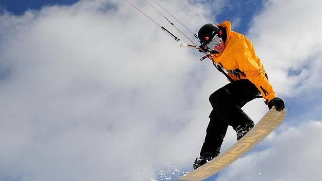 Snowkiting  nezná hranice ani limity. Třeboňský jezdec Miroslav Hořejší (na snímku) ví, o čem je řeč. Nové adrenalinové sportovní odvětví jej zcela pohltilo.