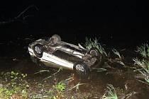 Auto v noci skončilo na střeše v rybníce u Chlumu u Třeboně. Řidič měl velké štěstí, že ho někdo uviděl a přivolal pomoc.