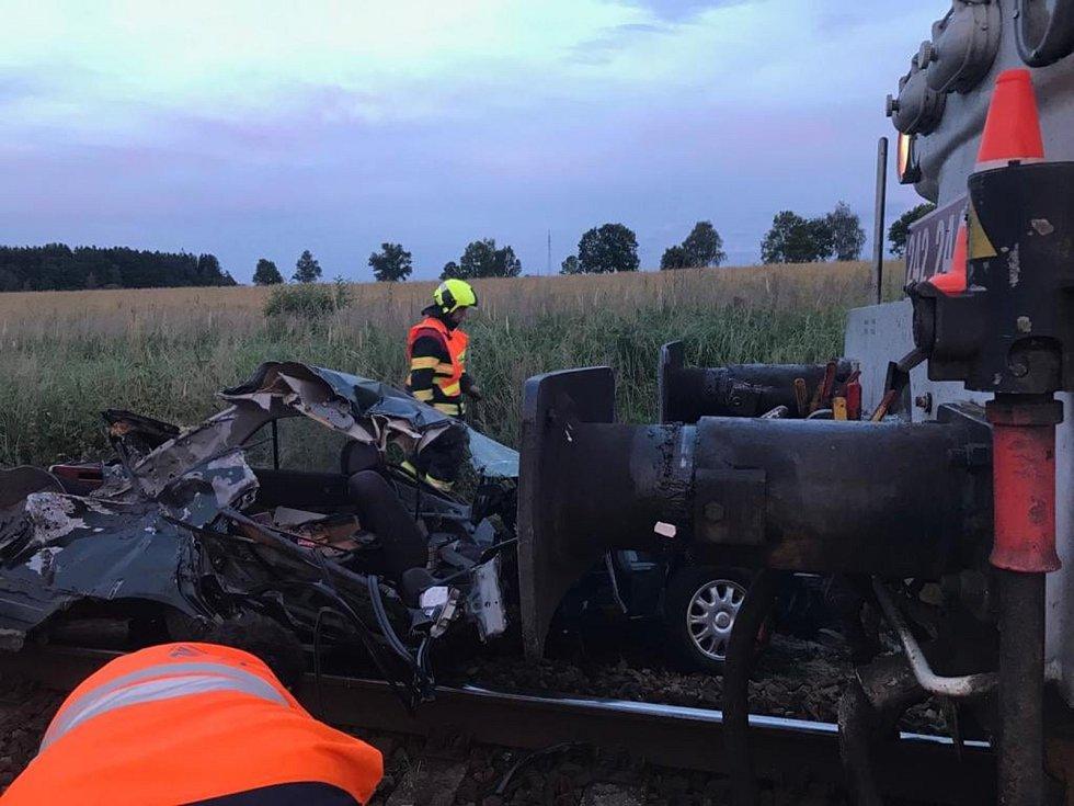 Při střetu auta s vlakem na přejezdu u Bednárce na Jindřichohradecku zemřela řidička.