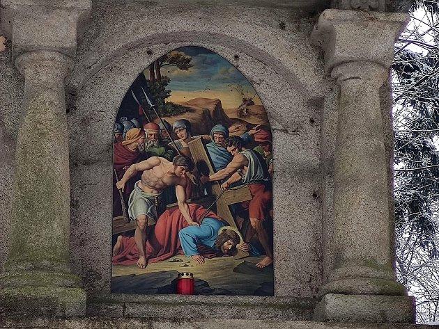 Křížová cesta ke kostelu svatého Jakuba vJindřichově Hradci. Pán Ježíš padá pod křížem potřetí.