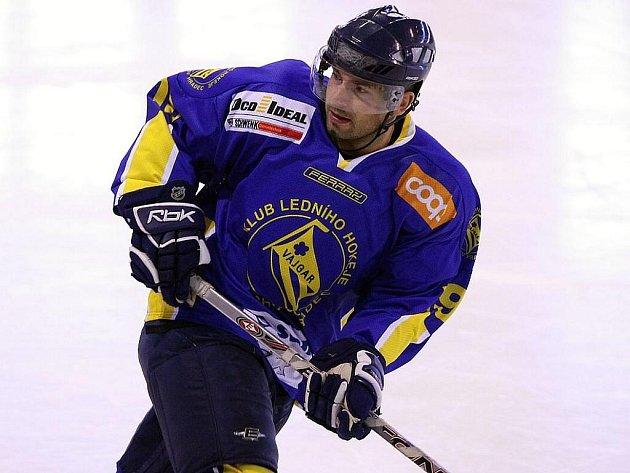 Premiérové utkání v této sezoně odehrál v dresu Vajgaru zkušený útočník Petr Šachl, který se rozhodl po ukončení angažmá v extraligovém Liberci pomoci jindřichohradeckým hokejistům.