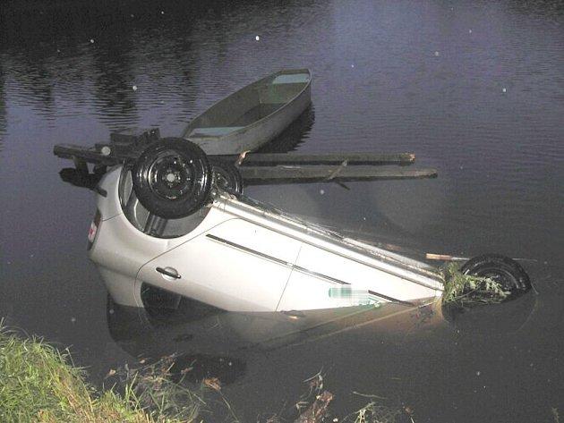 U Mnichu na Kardašovořečicku skončilo auto v rybníku Senerů.