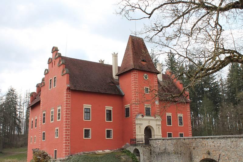 Rybník u zámku Červená Lhota je zatím stále vypuštěný.