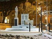 Dačický pomník stojí na novém místě. Jeho přesun byl součástí revitalizace Kancnýřova sadu.