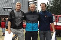 JAROSLAV POUKAR z Dačic (uprostřed)  patří k úspěšným sportovcům z řad profesionálních hasičů. Na snímku z krajské  soutěže  v TFA v Lipně  nad Vltavou jsou s ním Lukáš Houdek (vpravo) z Tábora a Michal Brousil z Písku.