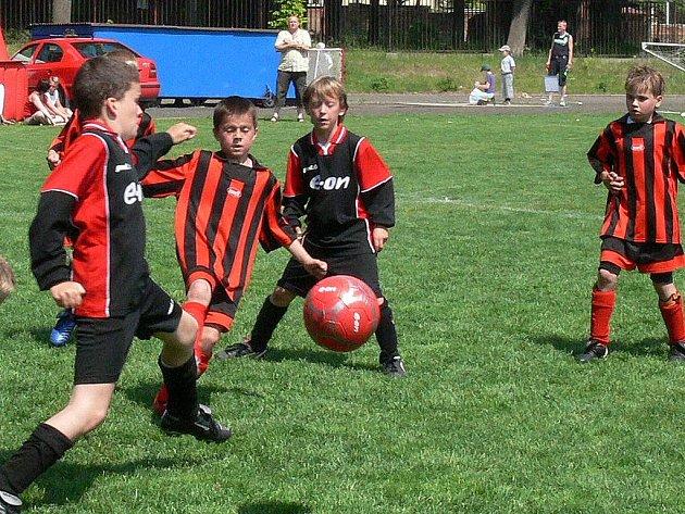 V souběžně hraných semifinálových duelech fotbalového turnaje přípravek E.ON ČR Junior Cup 2007 (hraje se na šířku jedné poloviny fotbalového hřiště) na jindřichohradeckém Tyršově stadionu uspěli hráči Sokola J. Hradec, kteří porazili Břilice 1:0