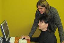 Petr Kříž z firmy Elzy předal vedoucí Klokánku Emilii Popelkové dva nové počítače pro děti.
