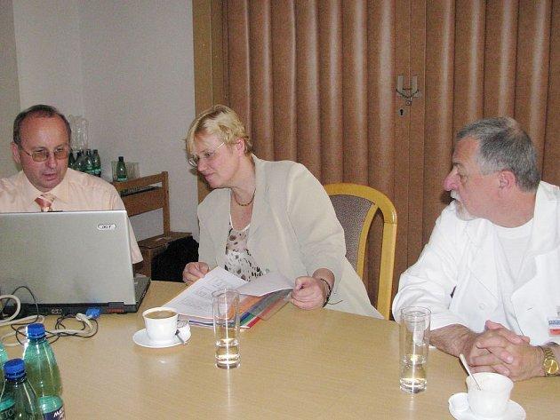 Do Jindřichova Hradce v pondělí přijeli studii představit lékaři z IKEMu Jan Bruthans a Renata Cífková (zleva). Akce se zúčastnil i primář zdejšího chirurgického oddělení Jan Kelbl.