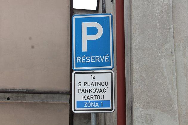 Od začátku letošního roku se část parkovacích míst v centru Hradce rozdělila do dvou parkovacích zón pro obyvatele a abonenty.