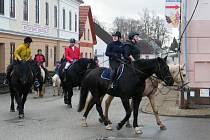 Silvestrovská jízda na koních začíná tradičně ve Dvorcích na statku u Šnajdrů. Odtud vyráží spřátelení koňáci na Malé náměstí ve Stráži nad Nežárkou ke stavení u Křenků.