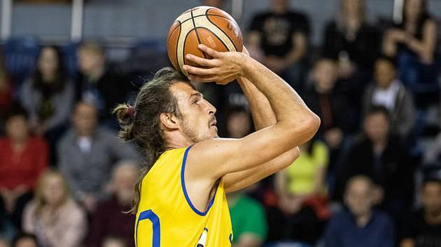 Jindřichohradečtí basketbalisté vyhráli nad Plzní i třetí čtvrtfinálový duel (107:79) a postoupili do semifinále play off I. ligy. Domácí tým představil novou posilu Jiřího Hubálka (s číslem 50).