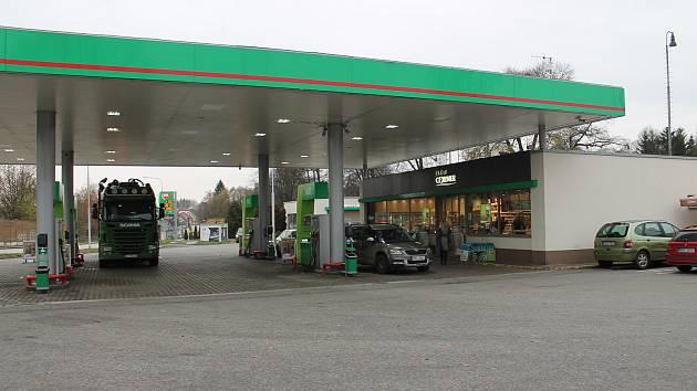 Benzinová čerpací stanice MOL v jindřichohradecké Rezkově ulici, kde v úterý 12. listopadu ráno došlo k loupežnému přepadení.