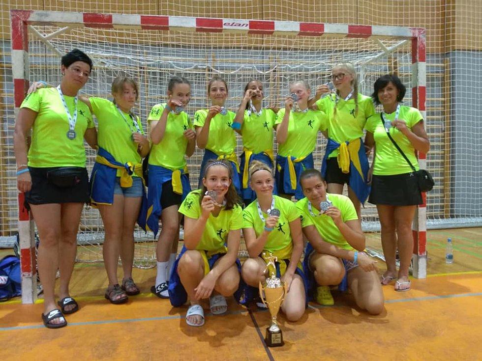 Oba žákovské týmy jindřichohradecké Házené se ve Slovinsku radovaly ze zisku medailí.