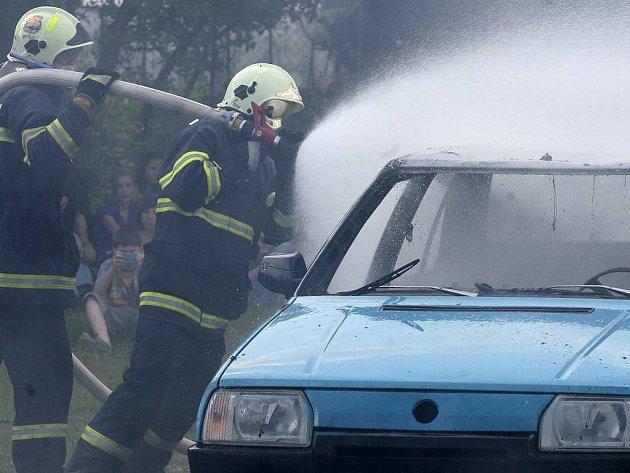Likvidace požáru auta. Ilustrační foto.