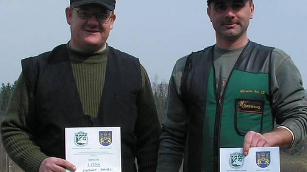 Na snímku jsou  vítězové  střeleckých závodů na myslivecké střelnici Fedrpuš Pavel Biernat z Nové Včelnice (vlevo) a Miroslav Kos z J. Hradce.