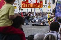 Neopakovatelná divácká kulisa slavnostního startu South Bohemia Classic na českobudějovickém náměstí s Mercedesem-Benz 220 SE Ponton Cabrio (1960) manželské posádky Steinbauerových.