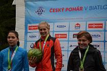 Pavla Schorná (uprostřed) přivezla z Jáchymova dvě zlaté medaile. Ve sprintu skončila druhá Dita Hořínková z Brna (vlevo) a bronz patří Němce Grit Ottové.