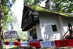 Pohled na chatu, kde u rybníka Dvořiště na Třeboňsku při policejním zásahu policista zastřelil pachatele.