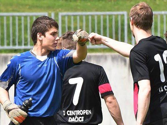 Dačický brankář Václav Zejda (vlevo) musel v souboji s Protivínem řešit několik ošemetných situací. Střetnutí nakonec skončilo remízou 1:1.