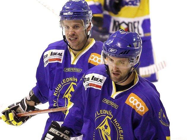 Útočníci hokejového Vajgaru Marek Dvořák (vlevo) a David Kupec obstarali v Pelhřimově všechny góly svého týmu.