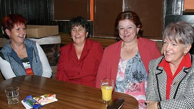 SKLÁŘI. Že setkání bývalých zaměstnanců skláren probíhalo v příjemné atmosféře, svědčí i tento snímek, na němž jsou zleva Dana Divoká, Alena Lindová, Milada Samcová  a Věra Mikyšková.