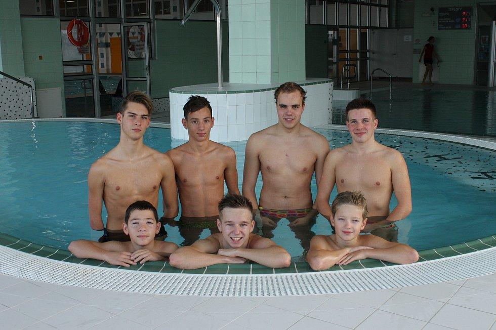 Jonáš Kešnar trénuje s plavci v jindřichohradeckém bazénu.