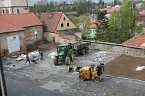 Práce na rekonstrukci parkoviště pod jezuitskou kolejí v Jindřichově Hradci pokračují.