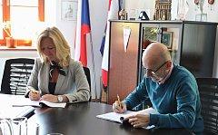 Starostka Třeboně Terezie Jenisová podepisuje den před volbami smlouvu na rekonstrukci Bertiných lázní.
