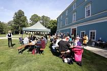 Férově letos posnídali i obyvatelé Dačic. Akci na podporu fair trade si užili v zámeckém parku.