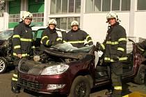 Suchdolští hasiči si vyzkoušeli vyproštění osob na nových autech v závodech Škoda.