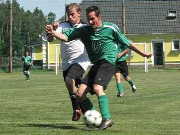 Halámky - Hranice 3:4 V derby dvou sousedních klubů byli štastnější hosté. Na snímku z tohoto utkání je hranický Tibor Haluška (vpravo)  v soubojis domácím Ondřejem Machem.