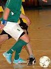 Ondřej Hačka (v modrém) i ve futsalové C.K. lize prokazuje, že je rozeným střelcem. Opora třeboňských divizních fotbalistů ve dvouch utkáníc v dresu Sedelské hospody nasázela osm gólů a  svému celku pomohla k posunu do čela průběžného pořadí.