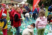 Zcela spontánně se malé novovčelnické ratolesti chopily úkolu sešlapat donesené plastové láhve, za což si vysloužily vstup do Pohádkového lesa plného překvapení.