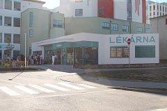 Nemocniční lékárna v Jindřichově Hradci. I zde by měl vzniknout parkovací prostor pro pacienty, kteří musejí do lékárny.