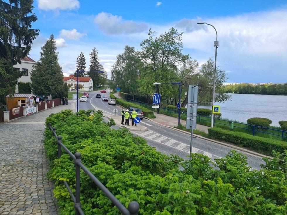 Na přechodu pro chodce na jindřichohradeckém nábřeží Ladislava Stehny auto na přechodu srazilo ženu. Zraněná byla letecky transportována do nemocnice.