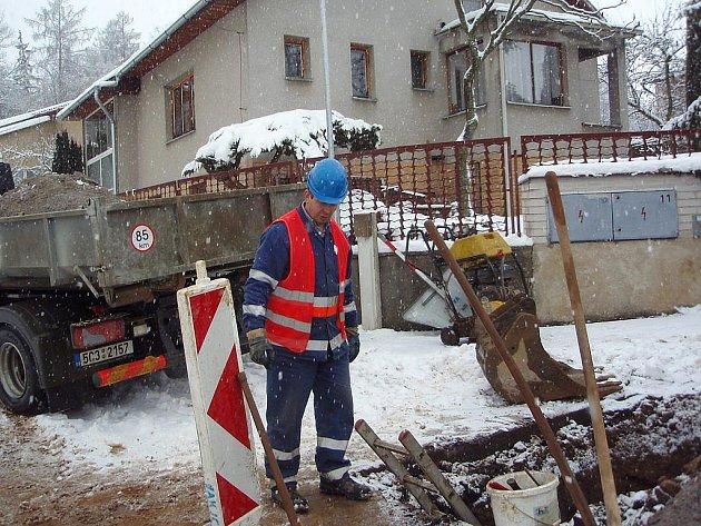 Havárii vodovodního potrubí ve čtvrtek dopoledne odstraňovali pracovníci ČEVAKu v Jindřichově Hradci na Sládkově kopci. Na snímku u výkopu je Josef Koubek.